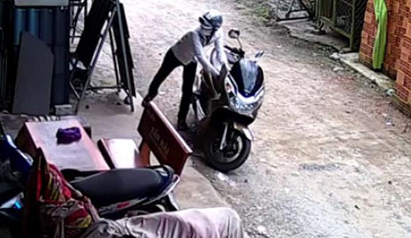 Trộm bẻ khóa xe máy trong 5s